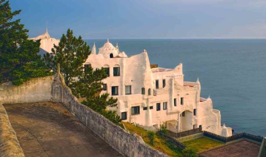 white-washed-building-hangiong-over-cliff-in-punta-del-este