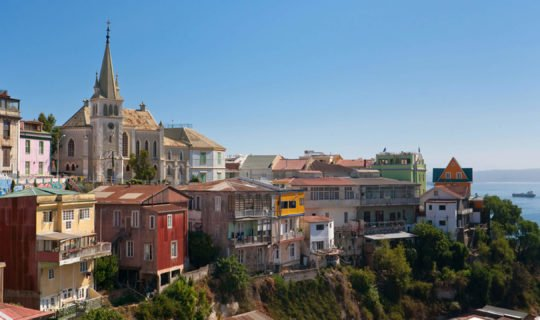 beautiful view of a Valparaíso neighborhood with the ocean behind it