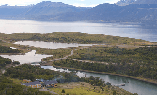 lakutaia-lodge-aerial-view-over-nearby-river-and-mountains