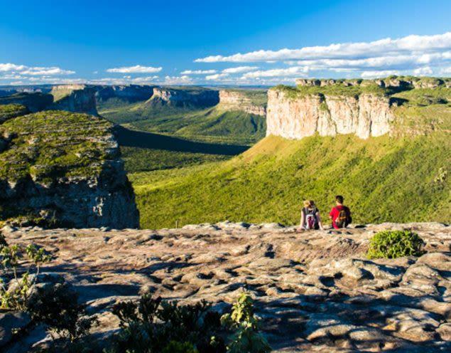 Hikers look out over Chapada Diamantina canyon