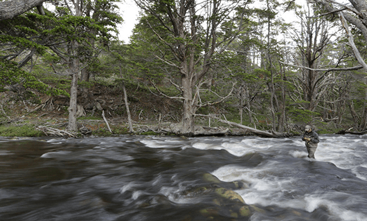 lakutaia-lodge-man-fishing