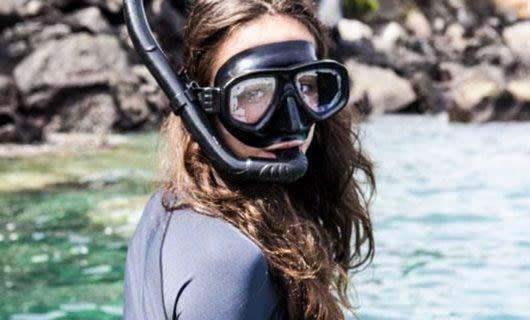 Women wears snorkel mask