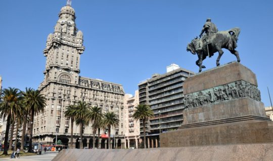 montevideo-central-with-statues