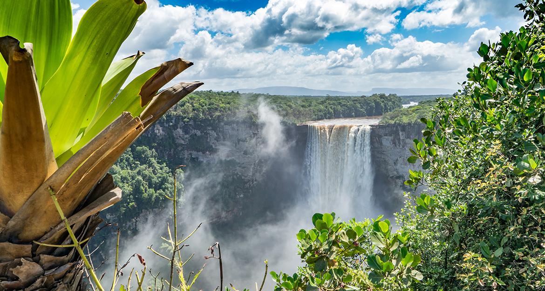 beautiful-kaieteur-falls-and-surrounding-nature