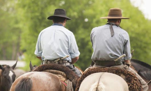 Estancia cowboys riding horses