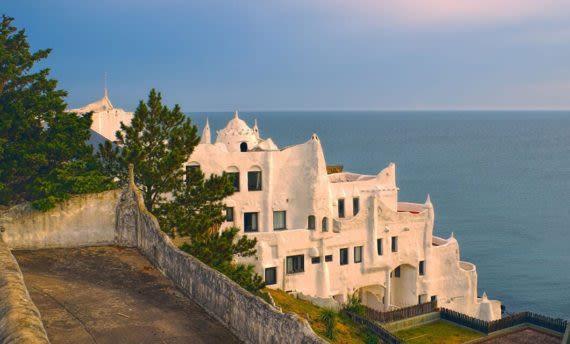 view of museo casapueblo and ocean